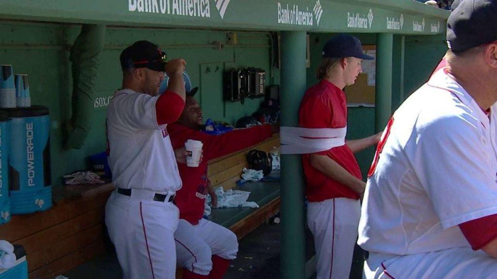 野球のベンチで選手が柱に縛り付けられる姿が話題に。MLBの定番イタズラ