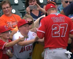 mlb 13 246x200 - MLBでサインボールのもらい方。マナー違反で叩かれないように注意!