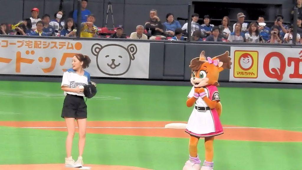 Chay(チャイ)が始球式で二塁に投げる。台湾でもかわいい中学生のダンス珍事