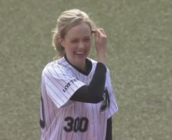 6975 246x200 - シャーロット・ケイト・フォックスが始球式。朝ドラヒロイン女優