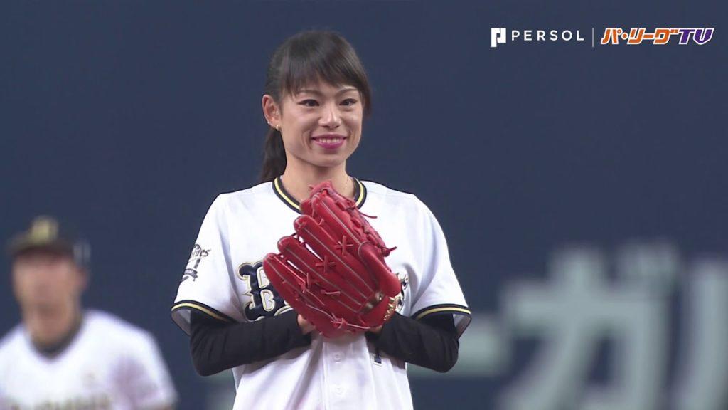 松田瑞生(陸上ダイハツ)の始球式。腹筋が凄くてお馴染みの美人ランナー