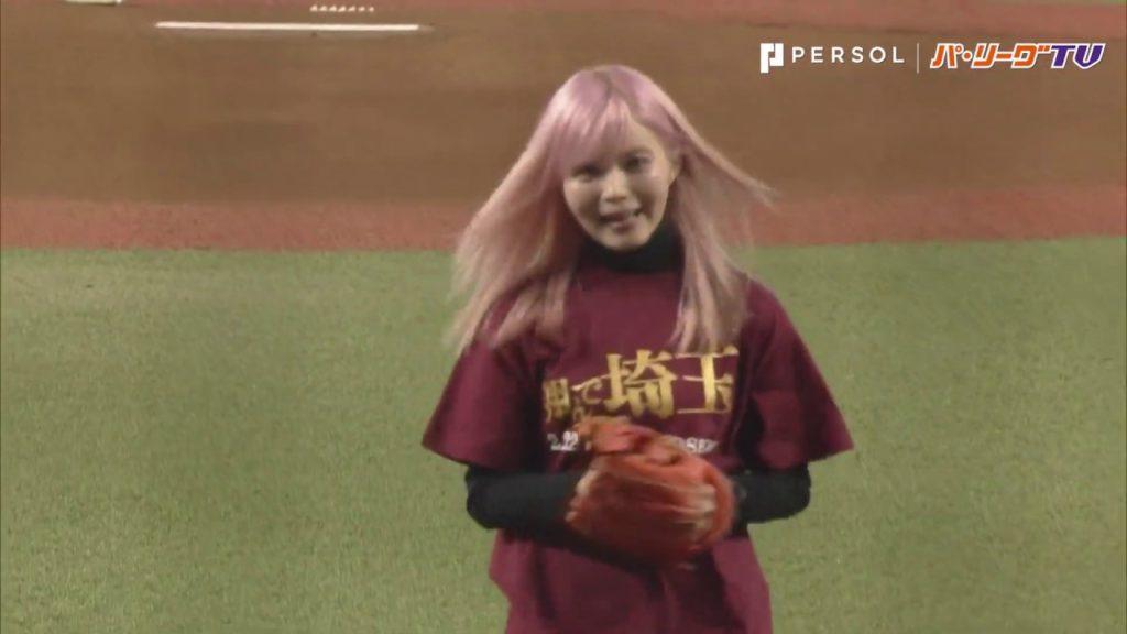 益若つばさの始球式。映画「翔んで埼玉」の家政婦役でライオンズ戦に起用