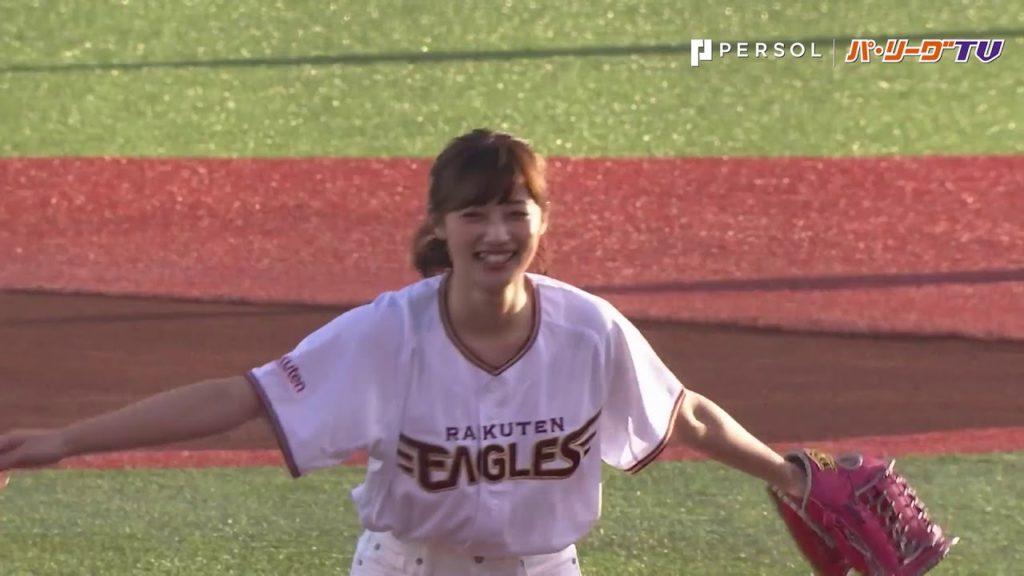奥山かずさの始球式が凄いと話題に。野球やソフトボール経験もあるモグラ女子